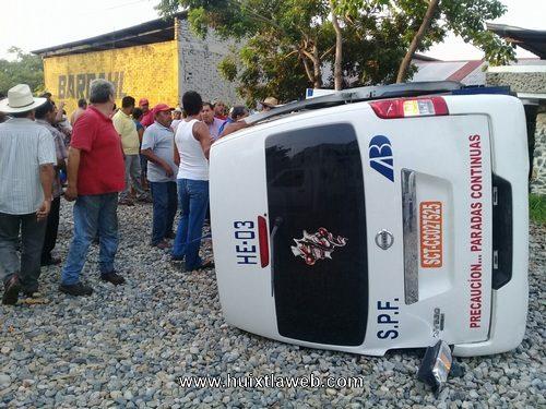 Cinco heridos en accidente de colectivo en villa Comaltitlán