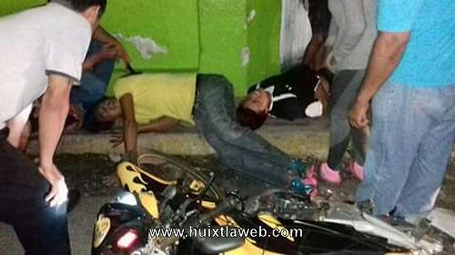 Tres personas motociclistas son impactados por vehículo en Huixtla