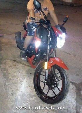 Roban motocicleta frente a secundaria de Huixtla
