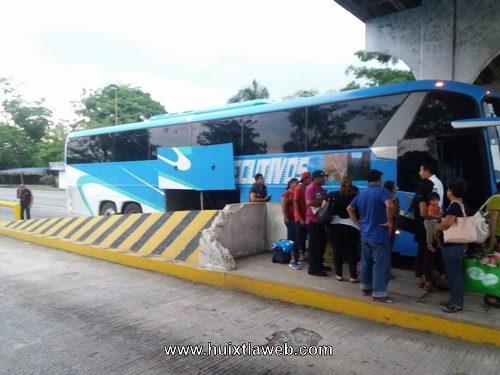 Rescatan 18 pasajeros a bordo de un autobús tijuanero en Huixtla