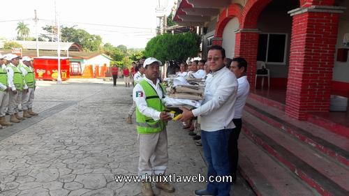 Reciben uniformes elementos de protección civil en Tuzantán
