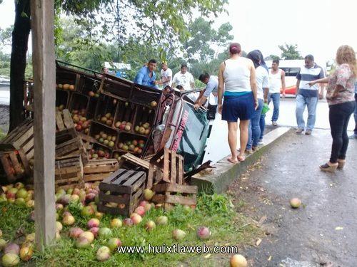 Carro manguero se impacta contra puente carretera Huixtla a Villa