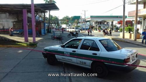 Taxi arrolla a motociclista en Huixtla