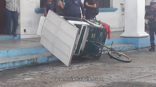 Triciclero es arrollado por camioneta