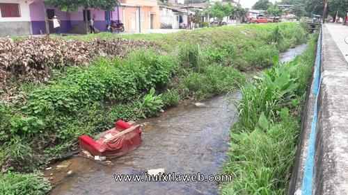Aprovechan lluvia para tirar basura a la calle y a zanjón el cusco en Huixtla