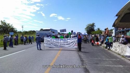 Levantan Palmicultores bloqueo de carretera costera