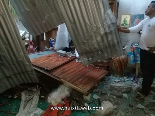 Palmera cae sobre una casa en Huixtla