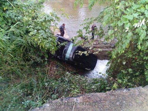 Cae al rio cuil vehículo en carretera en mal estado Huixtla a Villa Comaltitlán