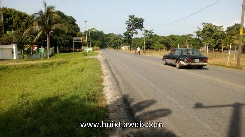 Menor motociclista se lesiona al derrapar en carretera al ingenio