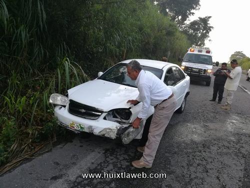 Mujer automovilista choca contra camellón en el libramiento de Huixtla