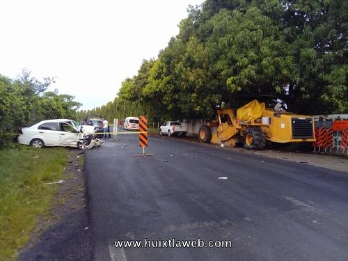 Muerte y un herido al chocar vehículo contra maquinaria en Mazatán