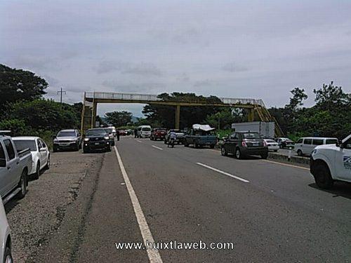 Docente y padres de familia bloquean carretera a Tonalá
