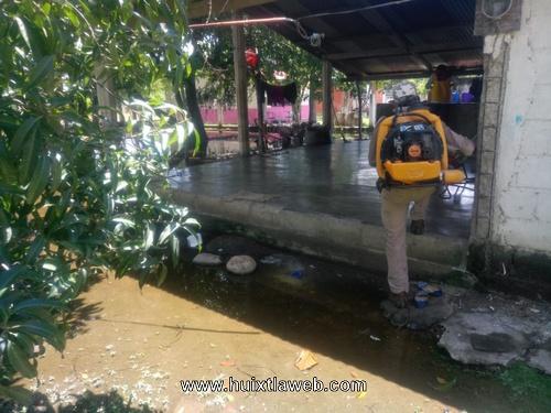 Fumigan 19 viviendas que fueron inundadas en Huixtla