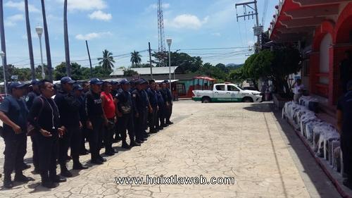 Dotan de uniformes a elementos policiacos y de vialidad municipal en Tuzantán