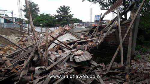 Cae barda de vivienda por trabajos de construcción de tienda comercial en Huixtla