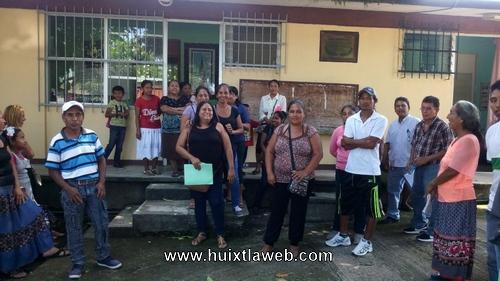 Por falta de maestros se manifiestan padres de familia en Huixtla