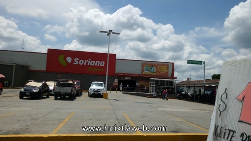 Roban vehículo del estacionamiento de Soriana en Huixtla