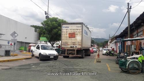 Camiones abastecedores de tiendas de autoservicio no respetan vialidad