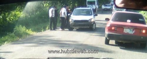 Rescatan Vehículo que cayó a un dren carretera a Tuzantán