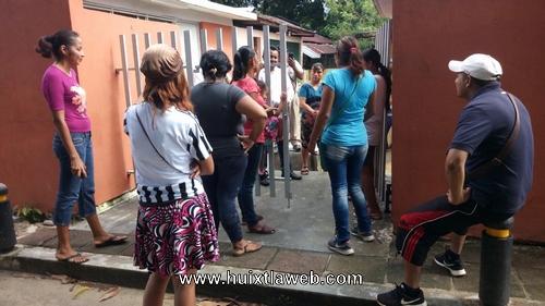 Padre de familia se manifiestan en jardín de niños de Huixtla