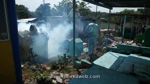 Vectores fumigan panteones en Huixtla
