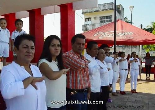 En el marco del Homenaje de cada Lunes, gobierno de Huixtla reconoce participación de la Marimba Municipal