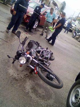 Motociclistas tuzantecos chocan contra auto de maestro en Huixtla