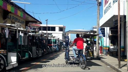 Hay más tricicleros que comerciantes en el mercado de Huixtla