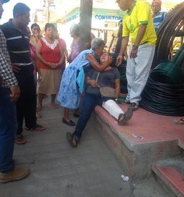 Tres lesionados al ser arrollada motocicleta en que viajaban en Mazatán