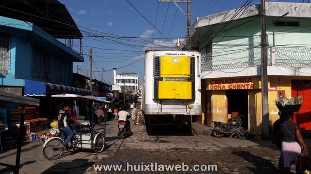 Tráileres secuestran las calles del mercado de Huixtla