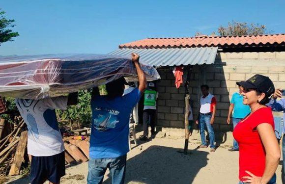 Diputada entrega apoyo familia que se les quemó su vivienda en Tonalá