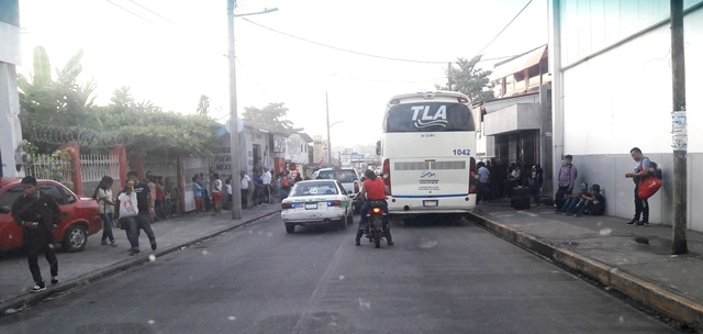 Autobuses utilizan las calles de Huixtla como terminal
