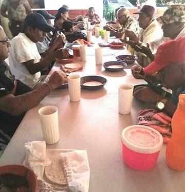 Abuelitos de cas DIA pagan por un plato de comida en el Dif de Tuzantán