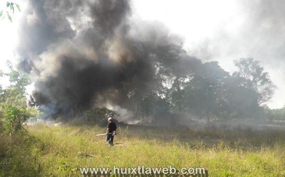 Se incendia almacenamiento de plástico clandestino en Huixtla
