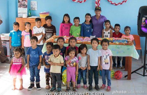 Diputada lleva juguetes y parte rosca de reyes con niños de la zona alta de Huixtla