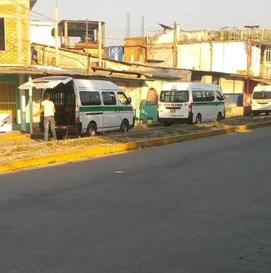 Transportistas se adueñan  de calle recién pavimentada en Huixtla