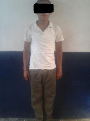 Detienen padres de familia a estudiante por lesionar a alumno de otra escuela