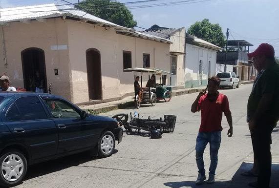Motociclista del mandadito es atropellado por vehículo en Huixtla