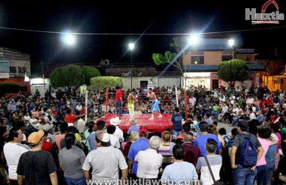 Gran noche boxistica en el parque central de huixtla