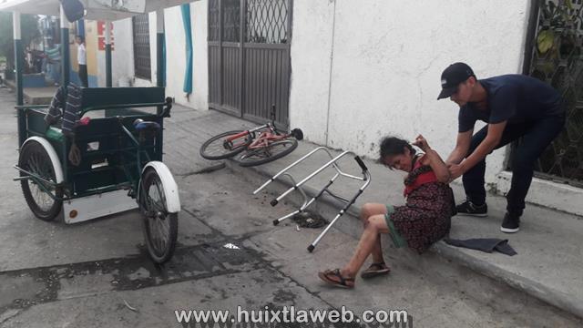 Mujer se lesiona al caer de un triciclo en calle de Huixtla