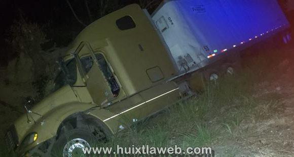 Camión cargado de mango a punto de volcar en Acapetahua