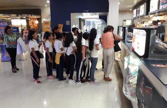 DIF de Huixtla lleva al cine a niños participantes del Concurso de Difusores