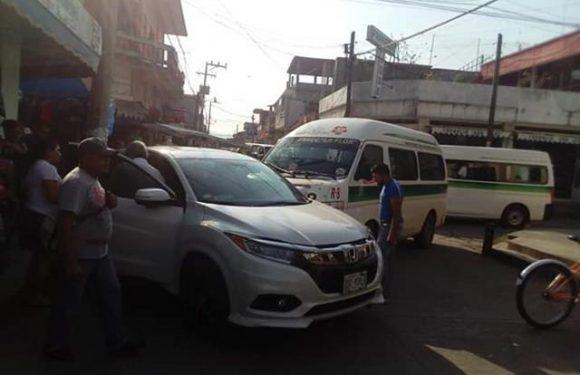 Colectivo choca contra camioneta frente al mercado de Huixtla