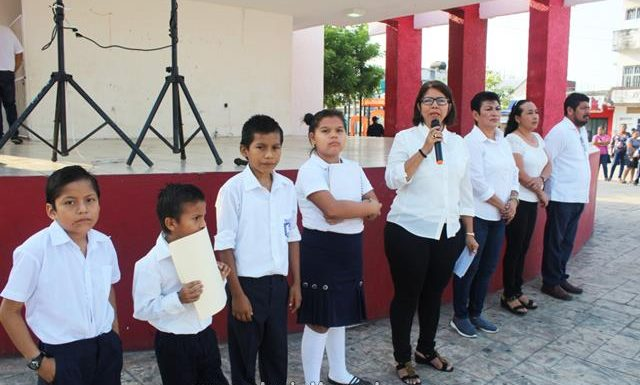 Como cada lunes ayuntamiento municipal de Huixtla rinde honores a nuestro lábaro patrio