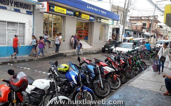 Roban motocicleta frente al mercado de Huixtla