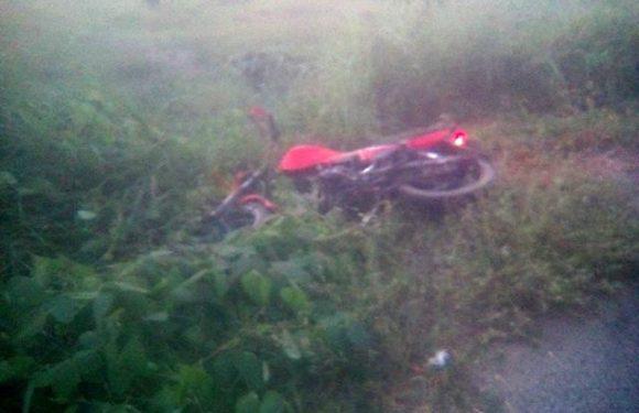 Muere motociclista al salirse de la carretera en Villa Comaltitlán
