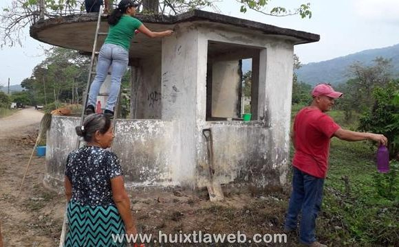 Pobladores rehabilitan carretera y caseta de vigilancia en Aquiles Serdán