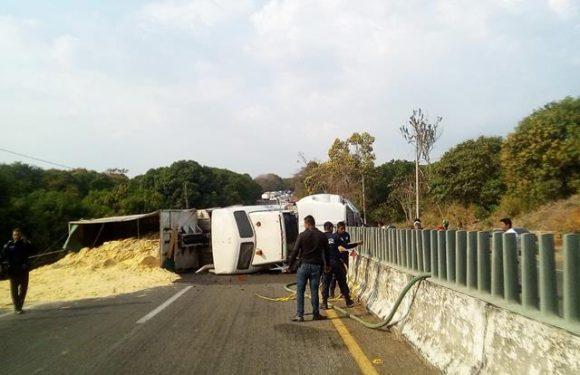 Choca camión cargado de azúcar en Huehuetán