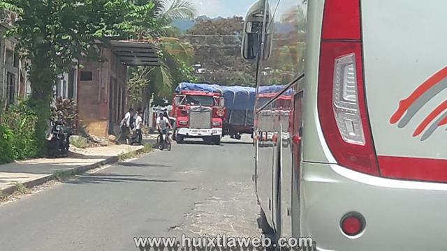 Empleados del hospital, ferreteras y carros repartidores congestionan entrada a Huixtla