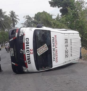 Tres lesionados al chocar colectivo contra tractor en Huixtla